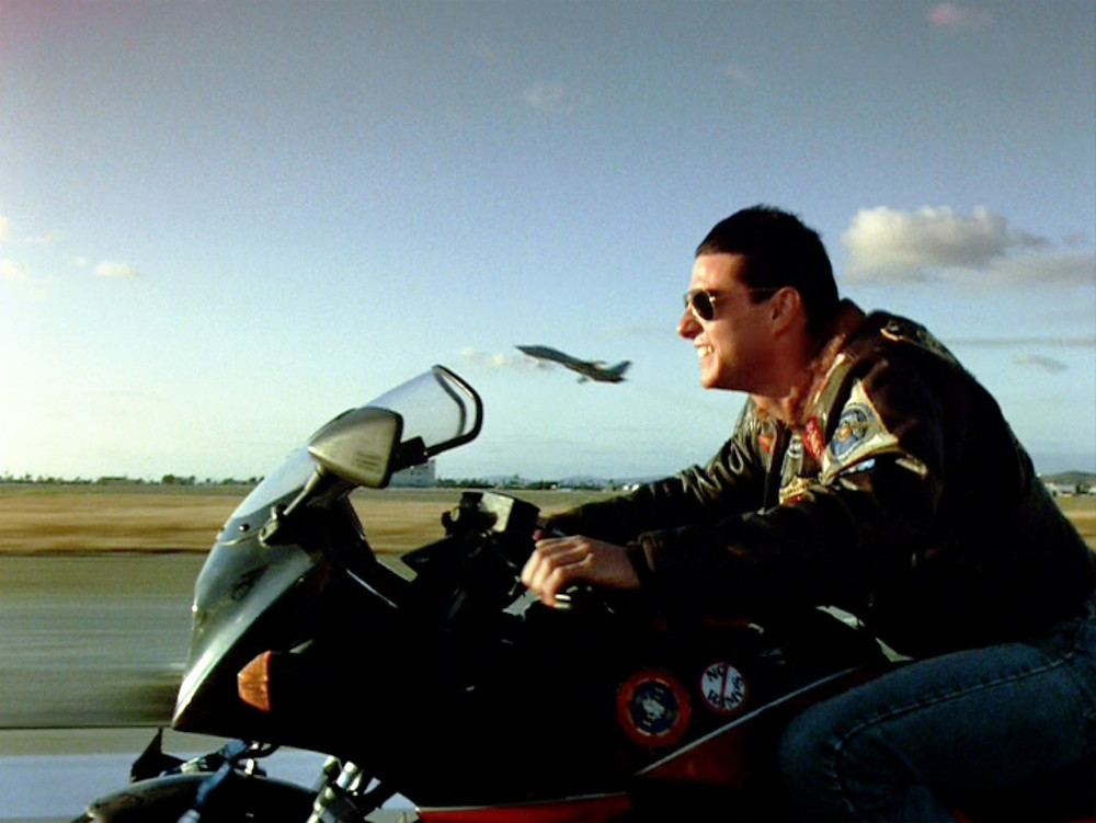 טום קרוז בסרט טופ גאן על גבי אופנוע, GPZ900, מטוס ממריא ברקע.