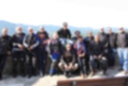 קבוצת רוכבי אופנועים בצילום קבוצתי