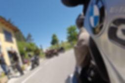 מבט אחורנ מאופנוע במוו על אופנועים בבית קפה ורוכבים