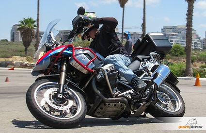 gs1200 משכיב במגרש, קונוסים, אופנוען מאומן
