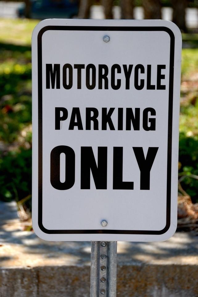 שלט באנגלית שאומר - חניה לאופנועים בלבד