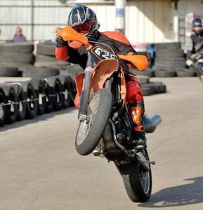 אופנוע בווילי עם גלגל קדמי מסובב הצידה, לוחית 625