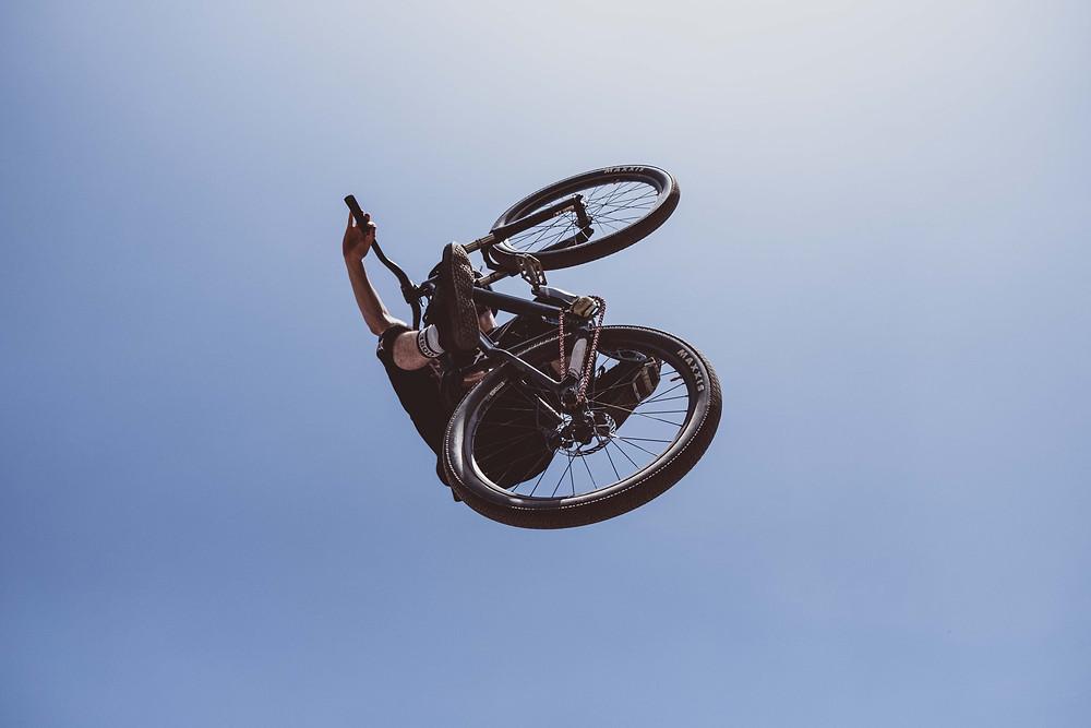 אופני BMX מצולמות מלמטה בקפיצה באוויר ברקע שמיים כחולים
