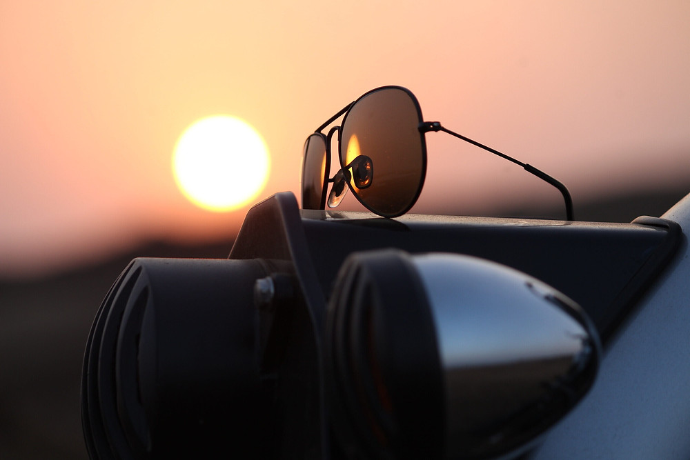 משקפי טייזים, שקיעה, שמש עגןלב, פנסי אופנוע