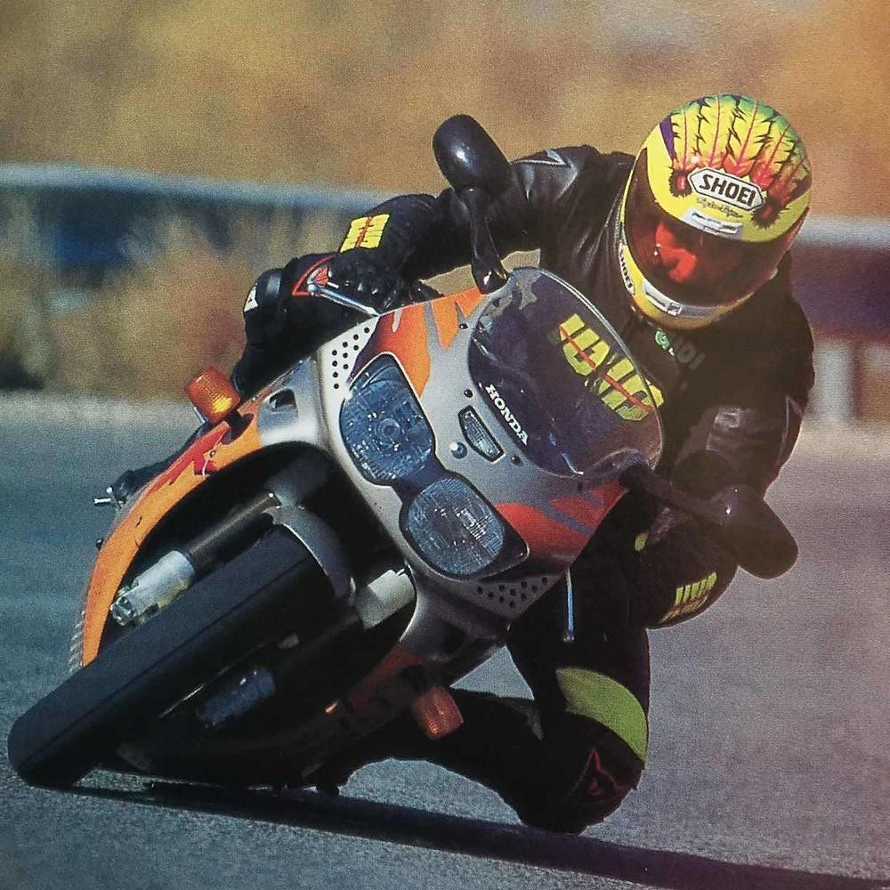 cbr900rr tiger, גידי פרדר משכיב אופנוע ספורט של הונדה עד הברך