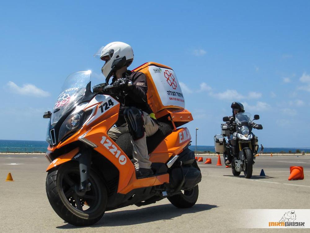 קטנוע איחוד הצלה בפניה במגרש אימונים ברקע ים