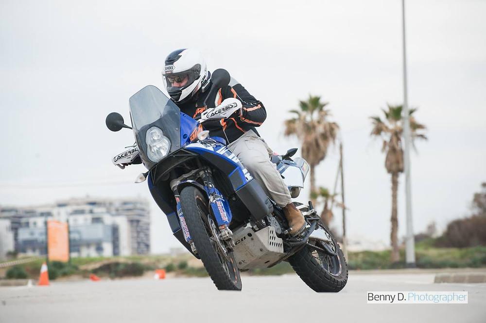 אופנוע כחול, KTM, מגרש אימונים, קונוסים, עצים