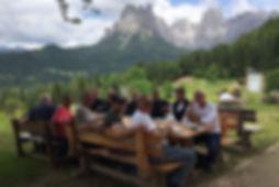 אנשים יושבים לאכול, נוף הרים, ירוק