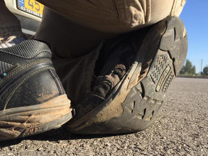 נעליים עם סוליות שחוקות על מגרש אספלט