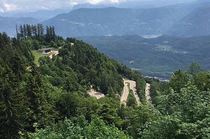 כביש מפותל, וילה על הר, עמק ירוק