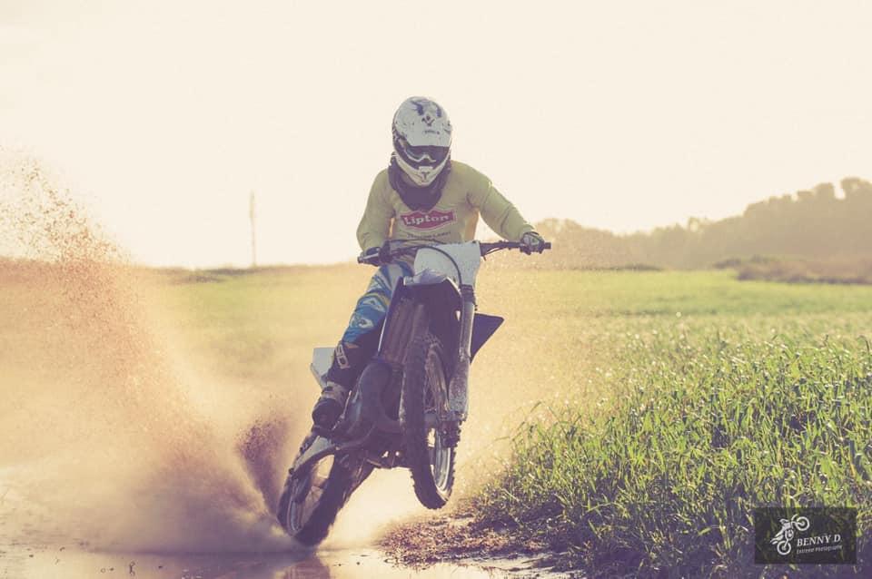 אופנוע שטח על גלגל אחד, שדות ירוקים, אור רך, שפריץ מים