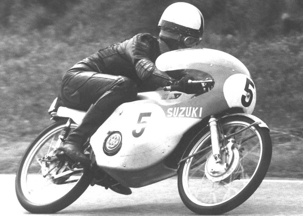 אופנוע מירוץ עתיק מספר 5 ברכיבה, סוזוקי, שחור לבן.