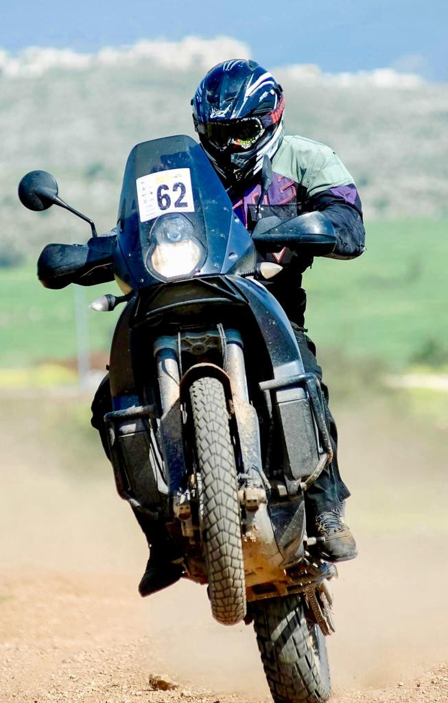 אופנוע אדוונצר בווילי, לוחית מספר 62, רקע ירוק וחום ומטושטש