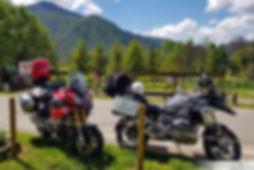אופנועים בעצירה בנוף הרים מרשים, אופנוען מאומן