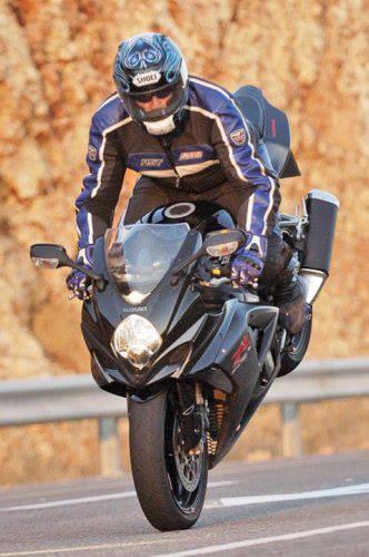 אופנוע ספורט שחור של סוזוקי בסטופי, GSXR