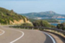 כביש מפותל לאורך חופי סרדיניה