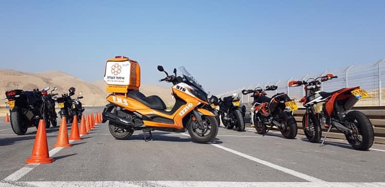 קטנוע איחוד הצלה בין ראופנועים על מסלול ברקע הרים