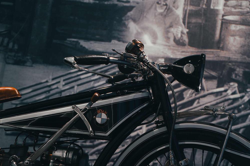 BMW R32 1923 אופנוע על רקע טפט שחור לבן של רתך בעבודה