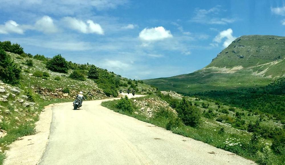 אופנועים על כביש מתפתל בין הרים