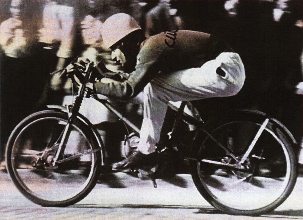 תמונה בשחור לבן. אופנוע מירוץ עתיק של חברת דוקאטי