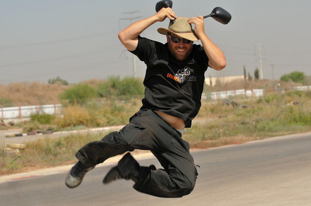 איש קופץ באוויר, מחזיק מראות של אופנוע על הכובע שלו