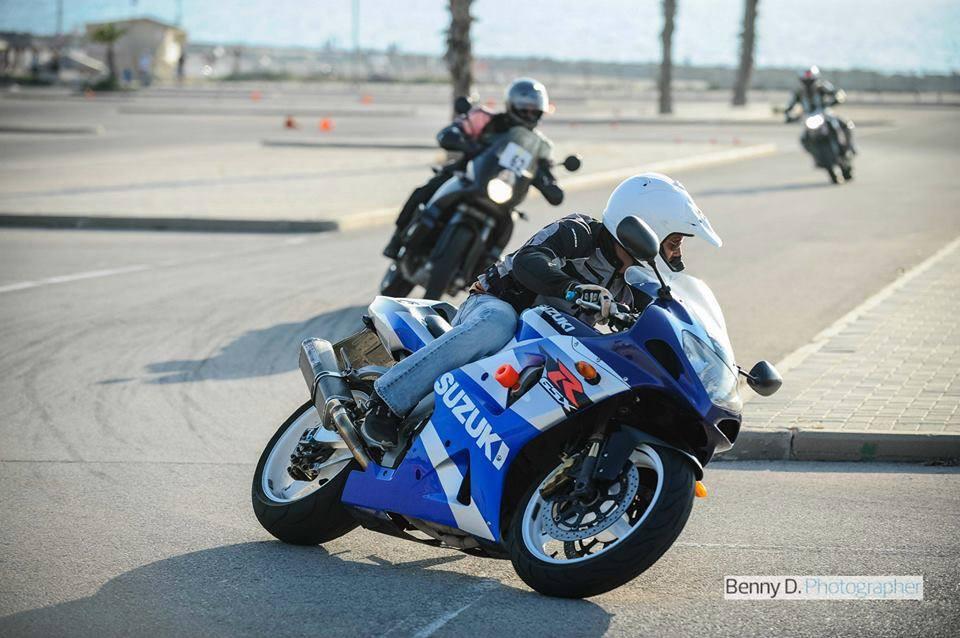 שלושה אופנועים רוכבים על מסלול אימונים, סוזוקי gsxr
