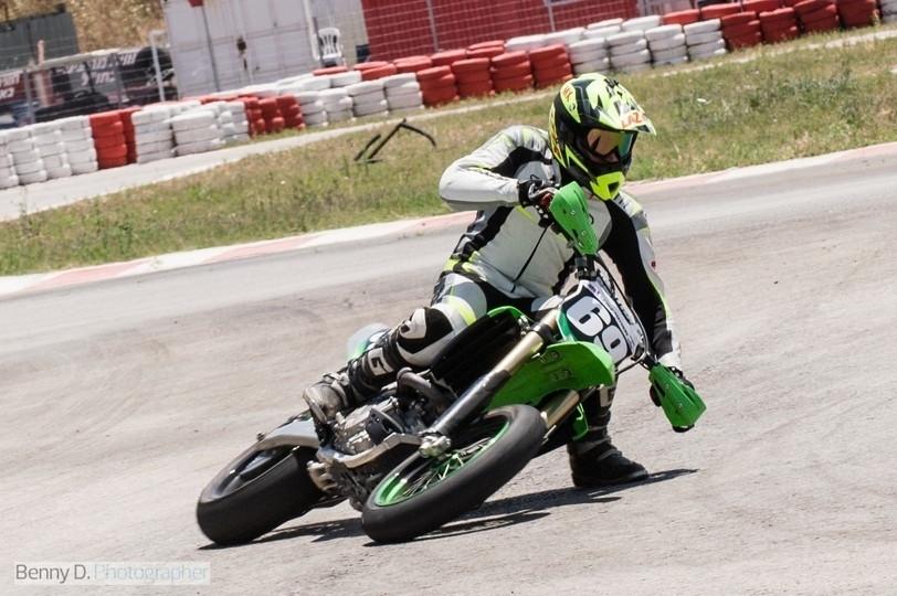 אופנוע סופרמוטו ירוק מספר 69 משכיב עד הכידון