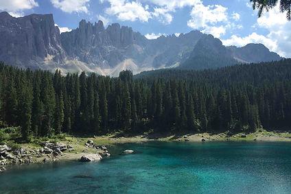 אגם כחול, עצים, הרי הדולומיטים