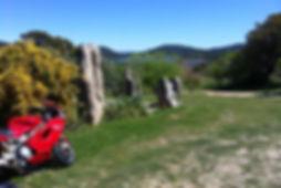פארק סלעים ירוק ואופנוע אדום