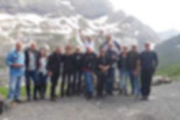 אופנוענים בצילום קבוצתי בנוף הרים מושלגים