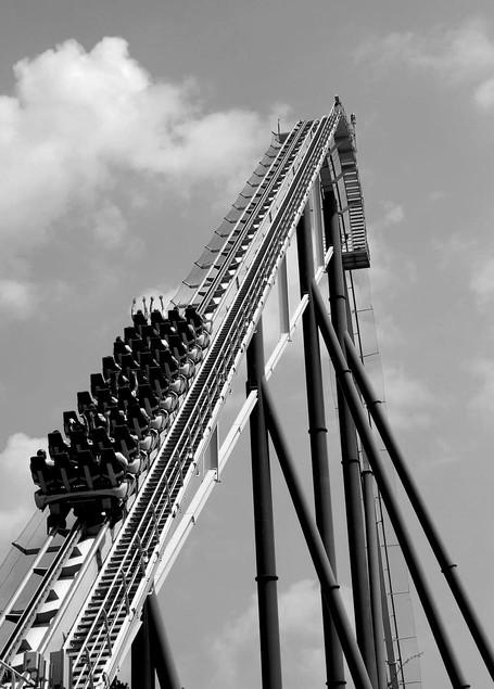 תמונת שחור לבן של רכבת הרים עולה מצולם מאחור
