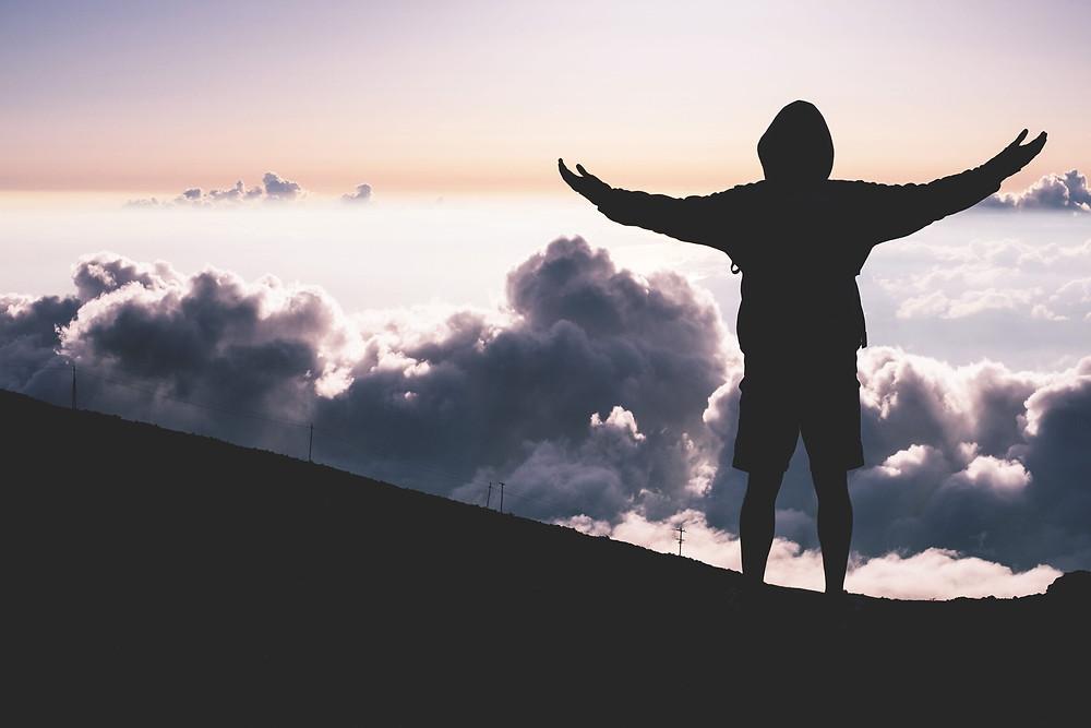 צללית אדם, ידיים מורמות, עננים
