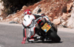 אופנוע ספורט בהטיה, רוכב עם ברך באספלט ויד משוחררת