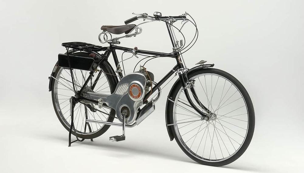 תמונת סטודיו על רקע לבן של האופנוע הראשון בייצור של סוזוקי POWER FREE