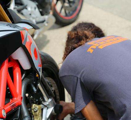 בדיקת לחץ אוויר צמיג אופנוע