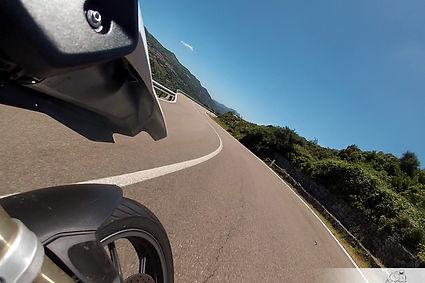 מבט מאופנע קדימה על כביש ושמיים כחולים