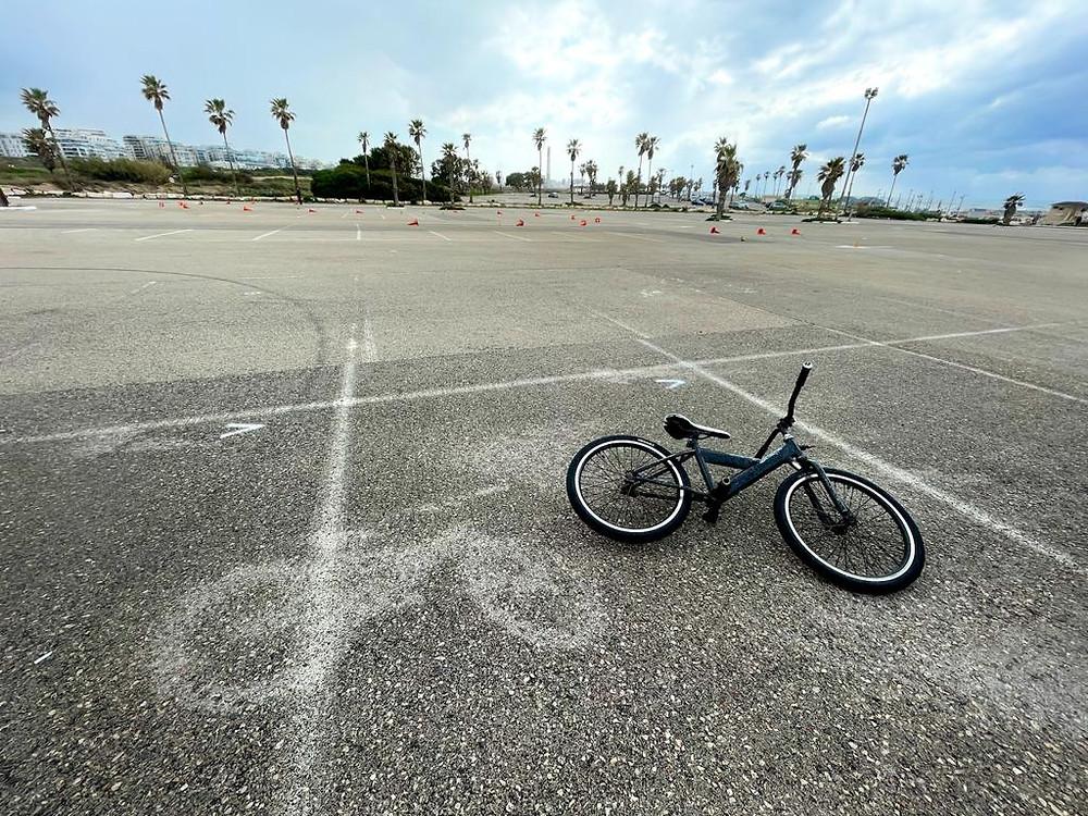 אופניים על אספלט.