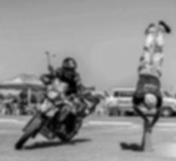 אופנוע משכיב, עמידת ראש על קונוס, אופנוען מאומן