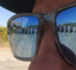 השתקפות דרך משקפיים של אופנועים במגרש