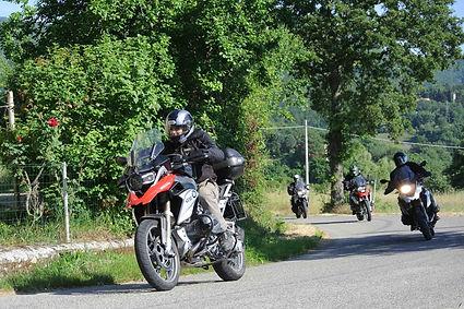 אופנועים נוסעים בשיירה מסודרת