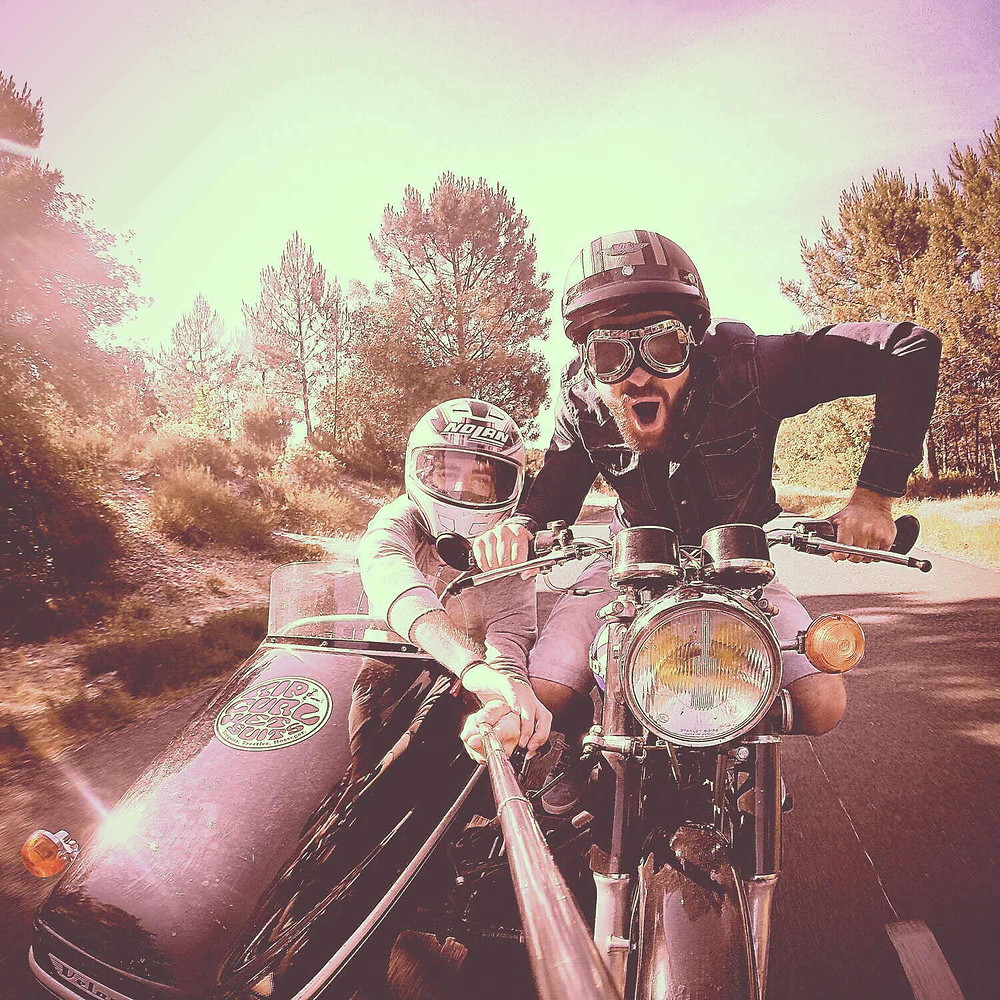 תמונת סלפי, אופנוע עם סירה, רוכב עושה פרצוף ומביט למצלמה, שני מחזיק מוט