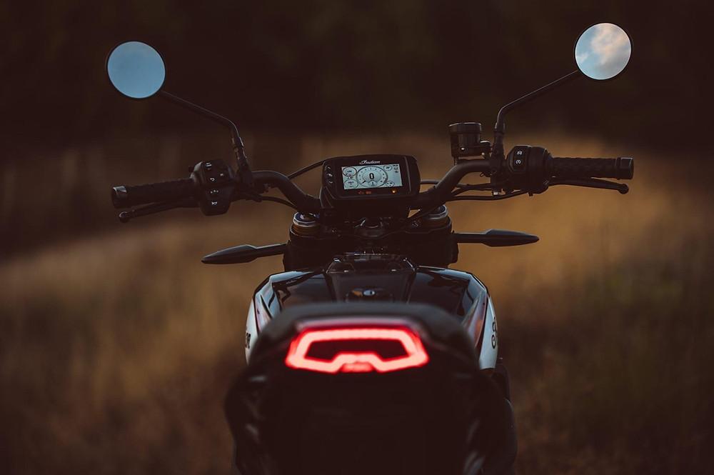 אופנוע מצולם מאחור, אור בלם דולק, חושך, מראות