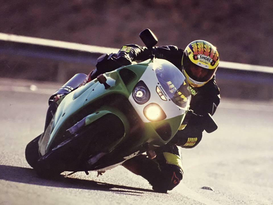 רוכב אופנוע משייף ברך בהשכבה על קאוואסאקי ZX7R ירוק