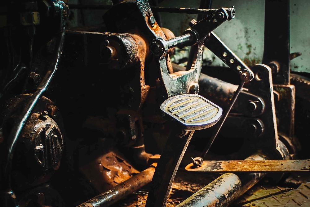 תמונה חשוכה של מנוע אופנוע חלוד וישן