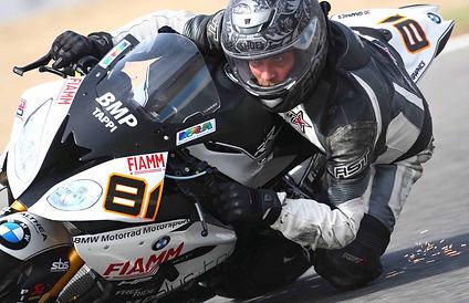 אופנוע סופרספורט, ברך באספלט, מבט עיניים. ניצוצות
