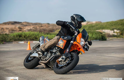 אופנוע סופרמוטו בהשכבה, אופנוען מאומן
