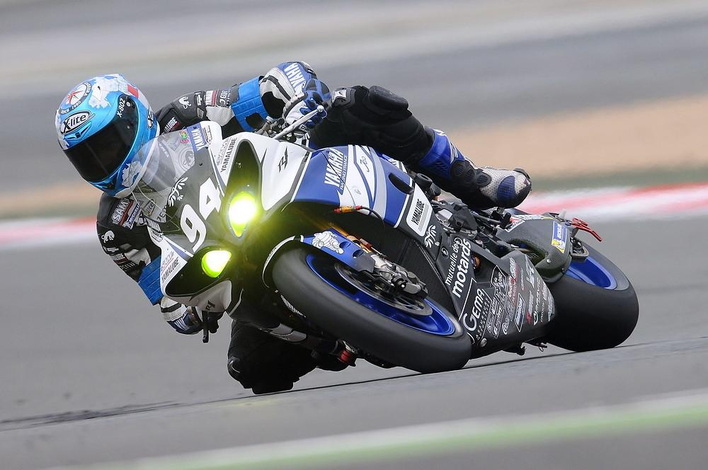 אופנוע כחול מדגם R1 של ימאהה בהטיה עד הברך במסלול
