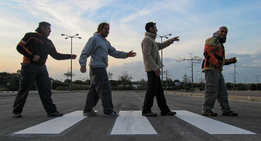 תמונת הומאז לתמונת מעבר החציה של הביטלס, אנשים חוצים מעבר חציה בצורה מופגנת
