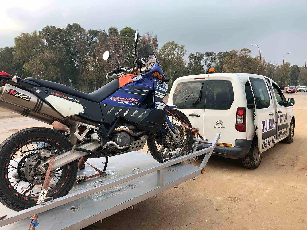 אופנוע אדוונצ'ר כחול על גרר