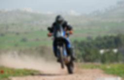 אופנוע אדוונצ'ר גדול בווילי על שביל, רקע גבהות